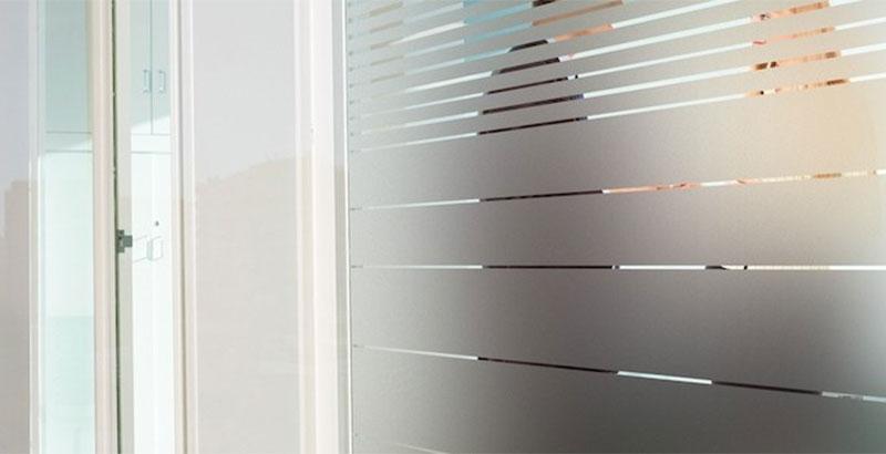 Glasdecoratie en etched raamfolie u artiqs grafisch ontwerp en